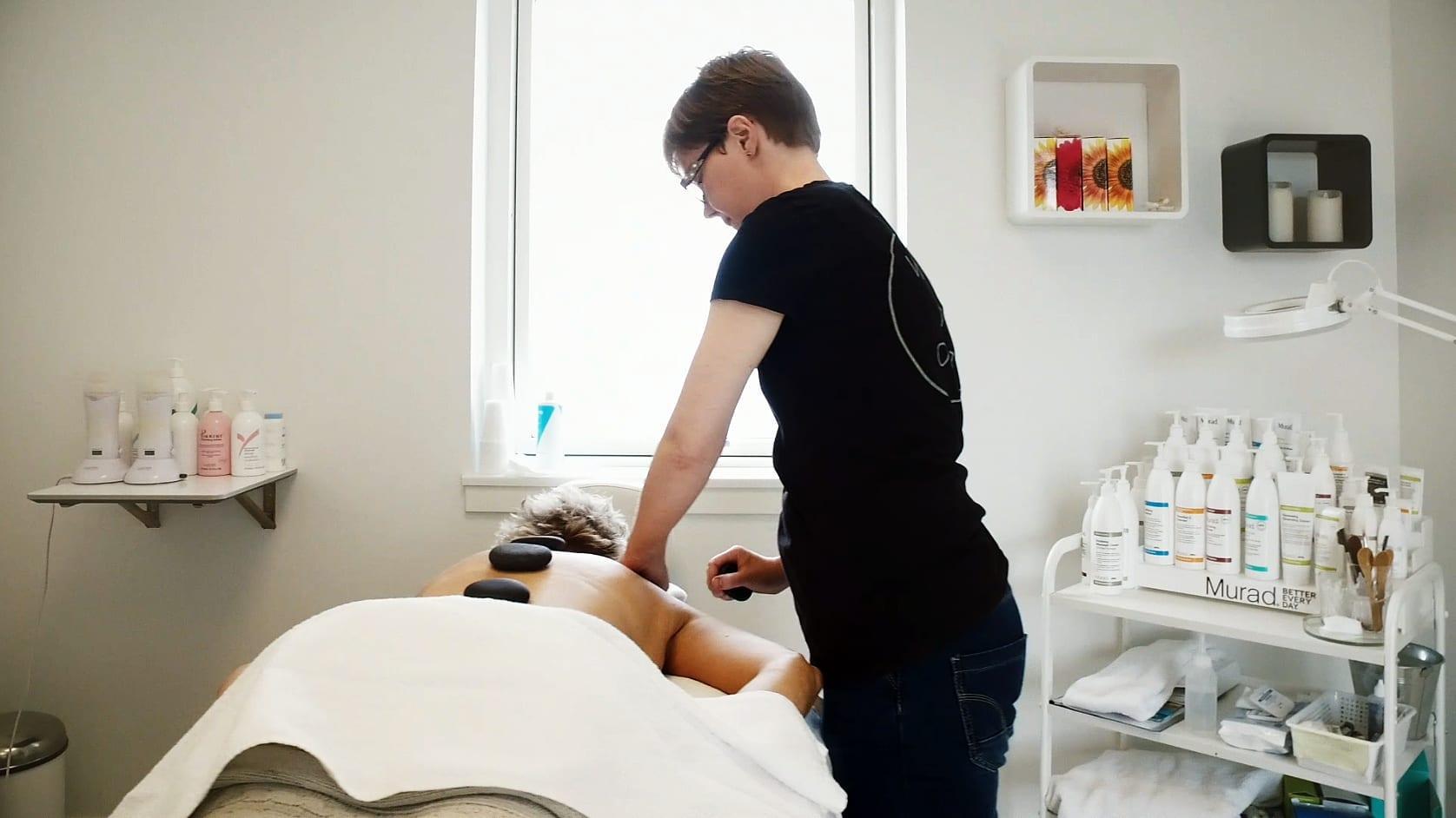 Massør giver Hot Stone behandling