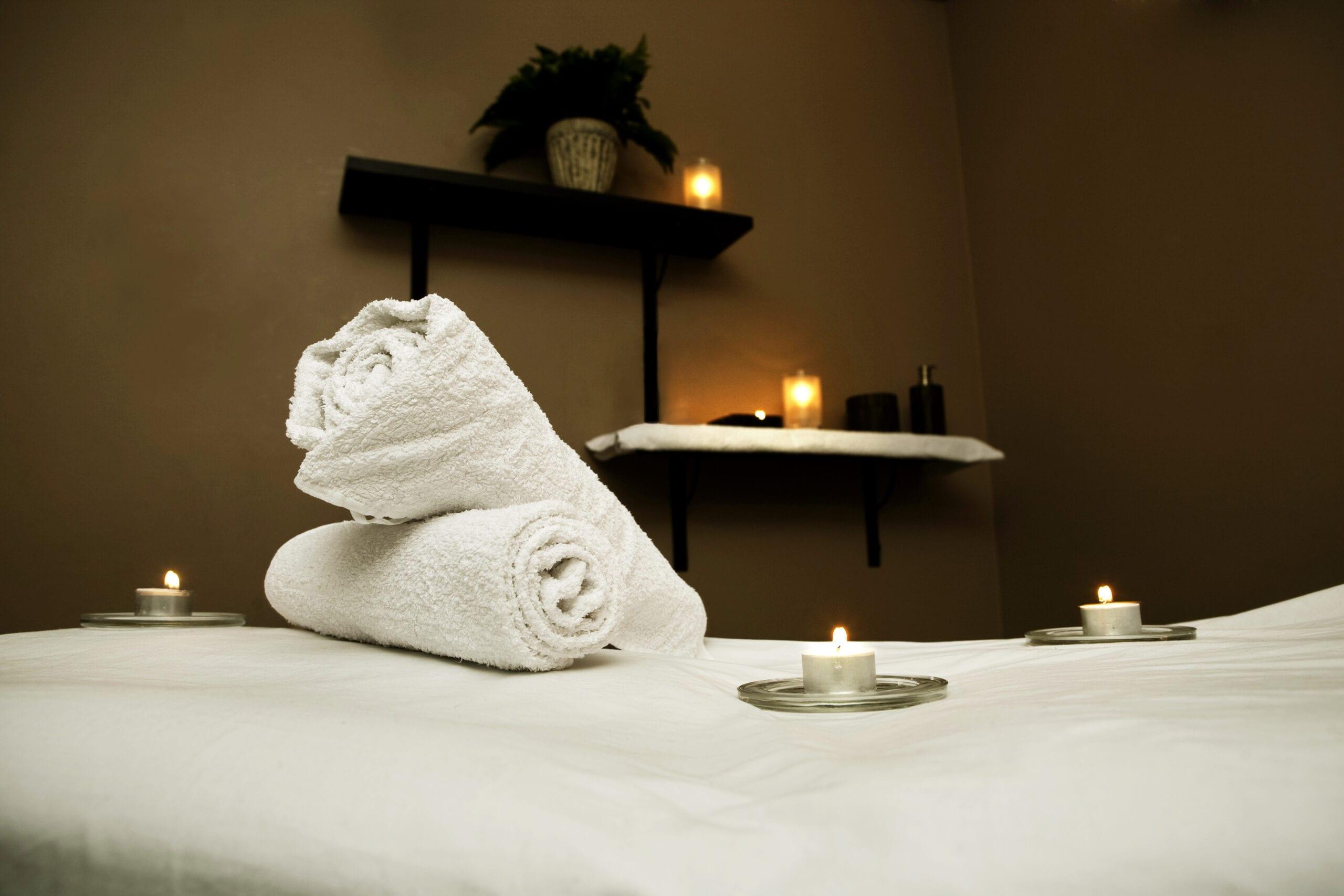 Massagebriks med rullede håndklæder