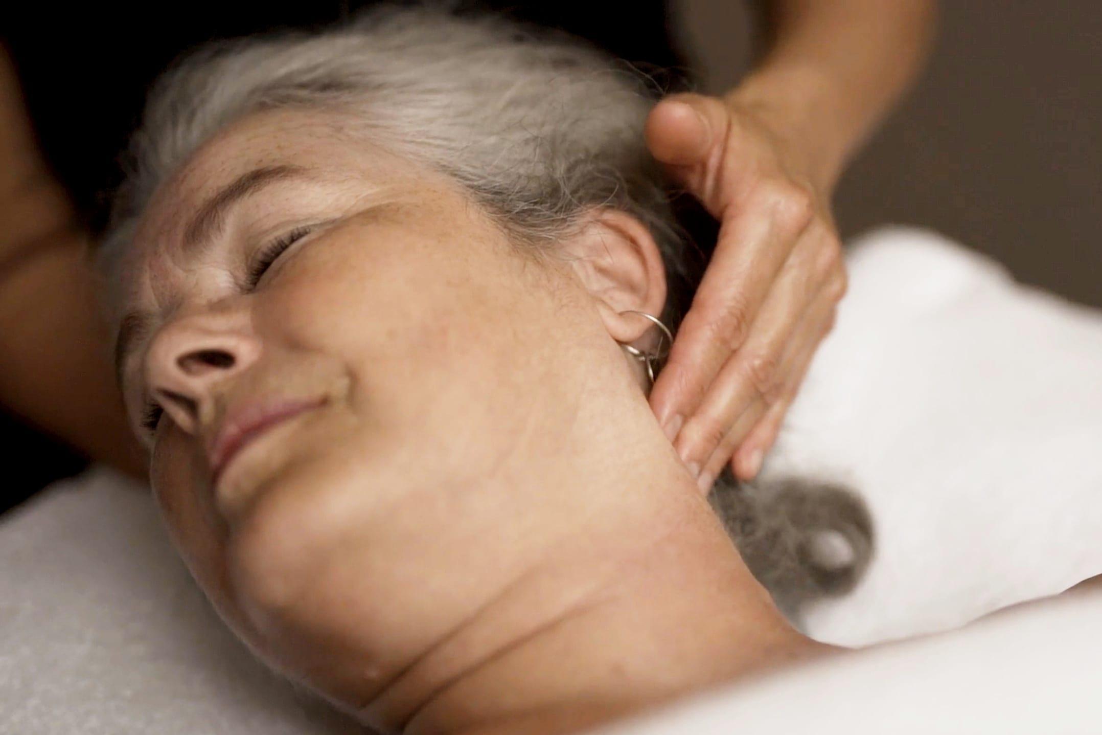 Kvinde nyder en afslappende wellness massage