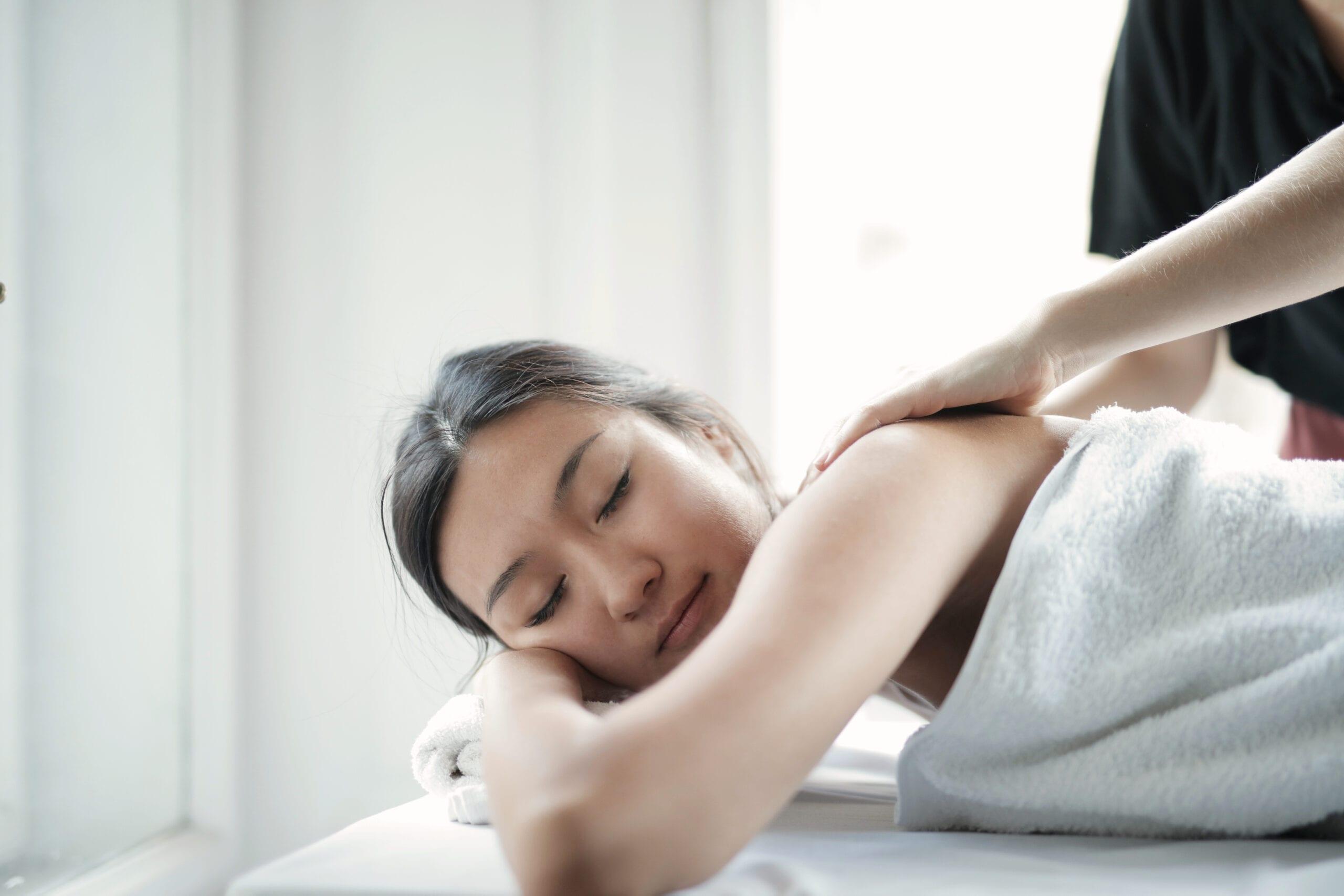 fredfyldt og afslappende wellnessmassage på skuldre
