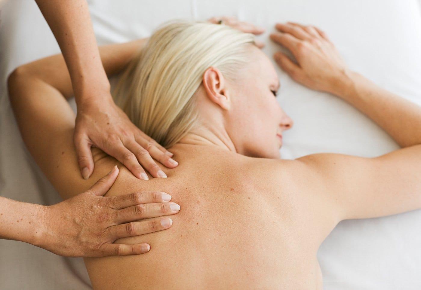 Kvinde får afslappende massage