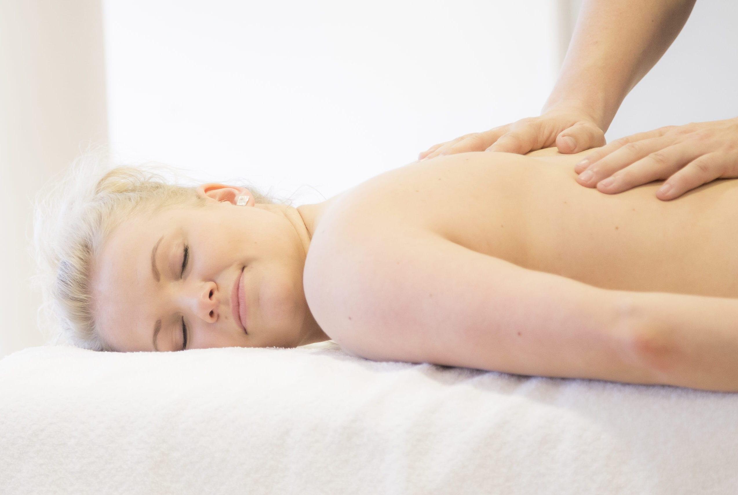 Kvinde som får massage