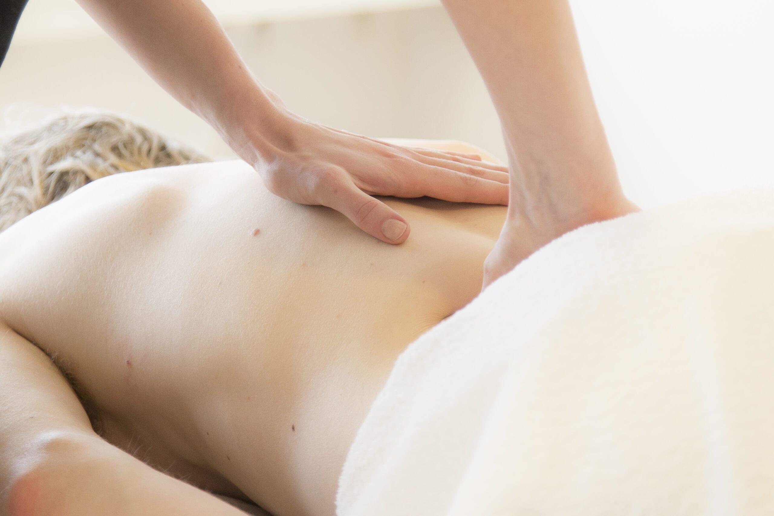 Mandelig kunde får massage på ryggen