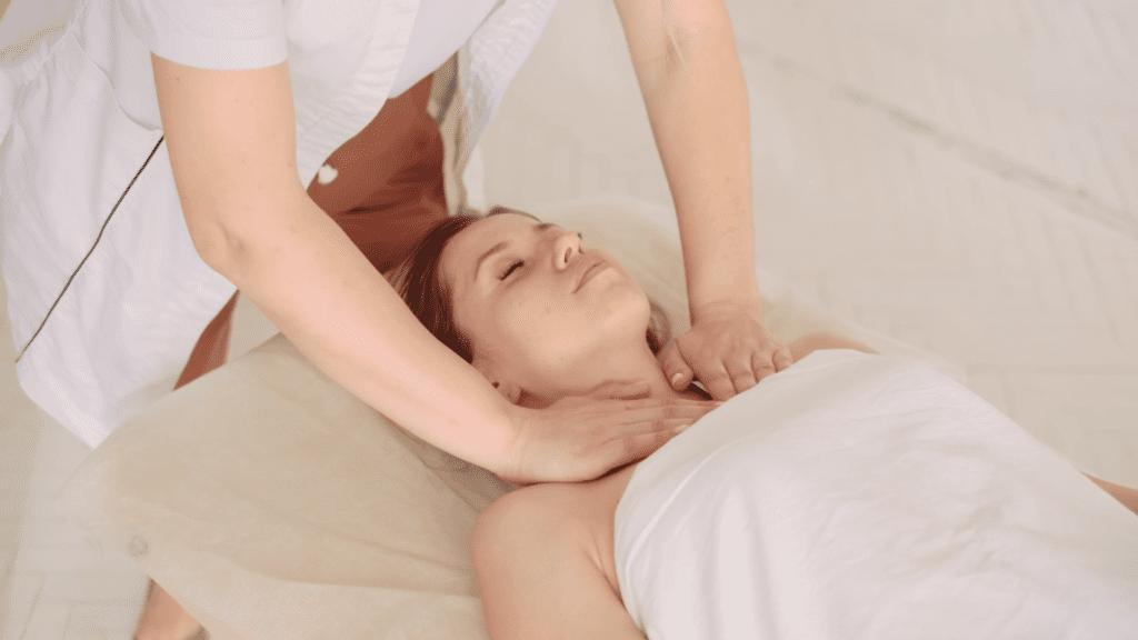 Kvinde som får en afslappende massage