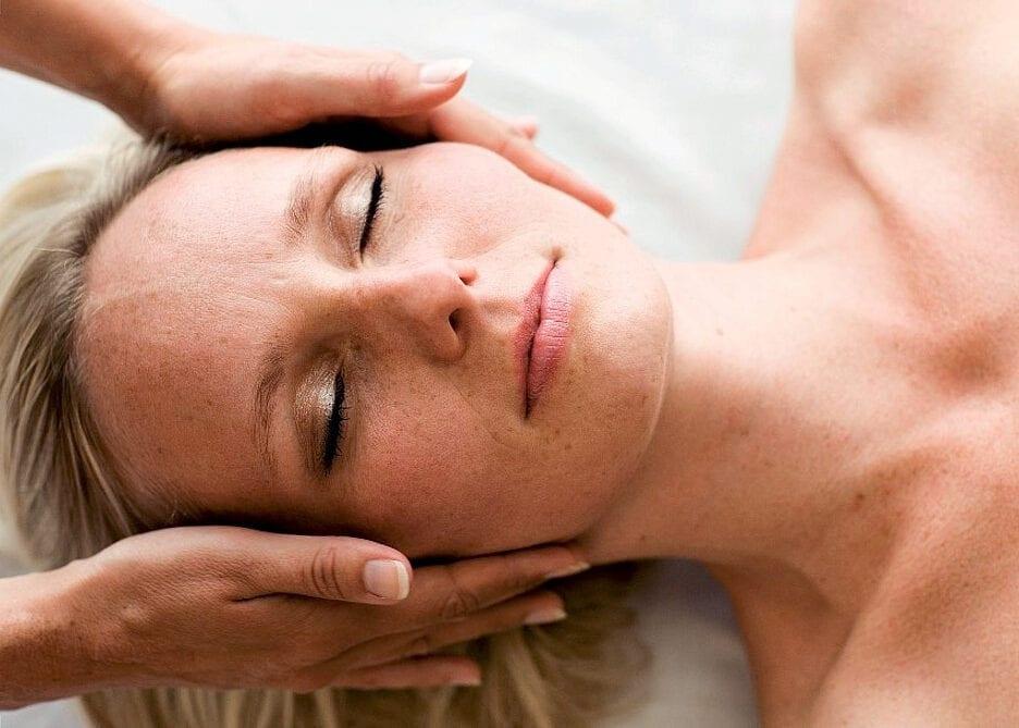 Wellness-massage af ansigtet