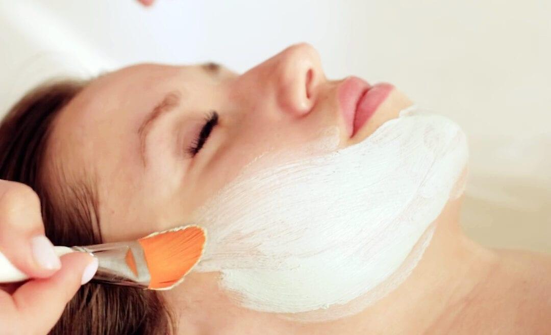 Ansigtsbehandling med penselstrøg
